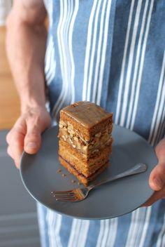karmelowe ciasto z orzechami caramel cake kitchen, cook, photography, blogerka, ciasto na jesień, ciasto z orzechami i masą z dżemu porzeczkowego najlepsze ciacho na jesień