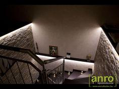 A lépcsőház megvilágításához a padlót világító oldalfali lámpákat és az oldalfalat fénnyel bevonó LED szalagot is felhasználtak.