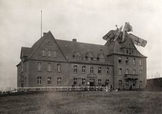 Deutsches Wasserflugzeug, das 1918 eine Bruchlandung auf dem Giebel eines Hauses hinlegte.