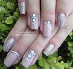 Unhas decoradas nude com joias são tendências na nail art e podem ser aplicadas em diversos modelos e desenhos, desde o mais discreto até mais ousados.