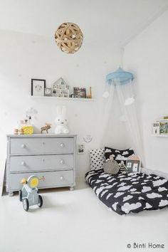 Boy-ish Montessory inspired kids room with simple floor bed Reading Corner Kids, Reading Corners, Reading Nooks, Deco Kids, Bright Homes, Kid Spaces, New Room, Kids Bedroom, Kids Rooms