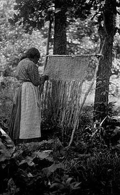 Woman vævning tyr sivmåtter 1910