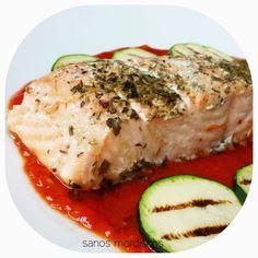 Sanos mordiscos : Receta: Salmón al horno con salsa de pimiento.