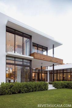 me gusta la madera del balcón y la columna de metal.