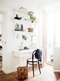 Making it Work: 13 Examples of Successfully Squeezing a Home Office into a Small Space Apartment Therapy Home Office Space, Home Office Design, Home Office Decor, Home Decor, Office Ideas, Small Space Office, Office Nook, Office Setup, Office Designs
