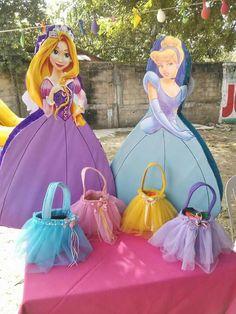Bolsitas de dulces en forma de vestido de princesas.