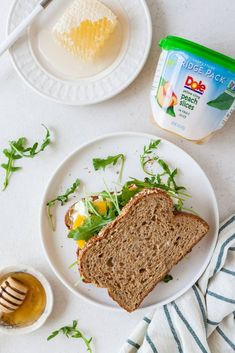 This peach, arugula, and goat cheese sandwich is so easy, beautiful, and delicious! Change up your boring work lunch with this flavorful sandwich. Best Vegetarian Sandwiches, Vegetarian Wraps, Easy Vegetarian Lunch, Healthy Sandwiches, Delicious Sandwiches, Vegetarian Dinners, Vegetarian Recipes, Delicious Recipes, Tasty