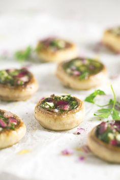Estos champiñones rellenos son un entrante muy vistoso, sencillo y rico. Puedes cambiar los ingredientes del relleno a tu gusto.