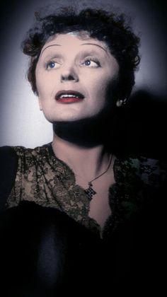 Édith Piaf est une chanteuse de cabaret française, auteur-compositeur et actrice largement considéré comme l'OMS Devenu chanteuse nationale de la France.