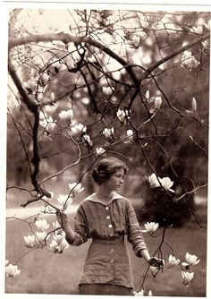 funeral-wreaths: Portrait of Edna St. Vincent Millay by Arnold Genthe, c. Vintage Photographs, Vintage Photos, Vintage Stuff, Edna St Vincent Millay, Feminine Mystique, American Poets, American Symbols, American Women, American Indians