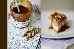 Caramel-Schokoladen-Cheesecake mit Schokobontopping und Caramelsauce.