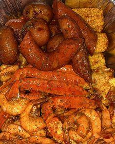 Cajun Seafood Boil, Seafood Boil Party, Seafood Boil Recipes, Seafood Dishes, Rasa Malaysia, Chipotle Sauce, I Love Food, Good Food, Yummy Food