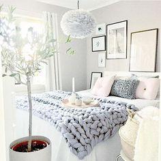 Inspiration #décoration pour la #chambre d'un #ado ou #adulte ! #déco #blanc #rose #gris #cadre http://www.m-habitat.fr/par-pieces/chambre/quel-style-de-deco-pour-une-chambre-2735_A