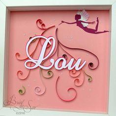 Cadeau de naissance personnalisé pour Lou avec la technique du quilling. Une gamme de couleurs douces pour une petite fille sur le thème des fées.