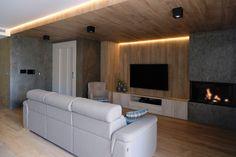 Salón con chimenea.  Pavimento y revestimiento de pared y techo con porcelánico imitación madera. Pizarra laminada revistiendo chimenea y resto de paredes. Iluminación indirecta mediante lineas de led. Diseño de interiores realizado y coordinado por AZ diseño.