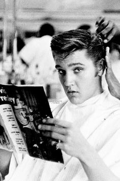 Elvis getting a haircut at Jim& Barber Shop in Memphis, July Photo by Lloyd Shearer. Shaved Hair Cuts, Barber Shop Decor, Barber Shop Vintage, Vintage Men, Barbershop Design, Young Elvis, Salon Design, Men's Grooming, Haircuts For Men