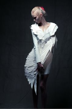 Date: Thursday, Notes: Sculptural Fashion - white feather dress; Paper Fashion, Origami Fashion, Fashion Art, Dress Fashion, Bird Dress, Feather Dress, Look Fashion, Trendy Fashion, Fashion Show