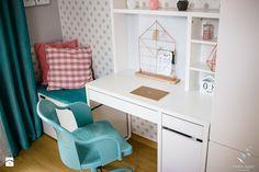 Biurko Ikea Micke półki nad biurkiem