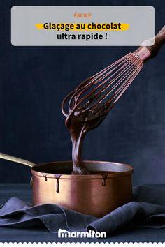 En finition d'un dessert, on peut vite avoir besoin d'une recette de glaçage au chocolat ! Tentez la sans plus attendre ! #recettemarmiton #marmiton #recettefacile #recetterapide #ideesrecettes #inspiration #glaçageauchocolat #glaçagegateau #chocolat #glaçage #glaçagemiroir