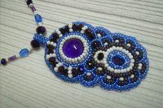 Ny-541. Kék, lila és fehér színű, hímzett medálos nyaklánc. 1800.-Ft