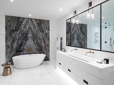 parede de pedra em banheiro