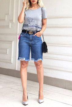 Look con shorts para mujeres maduras | Tendencias 2019 - 2020 Bermuda Shorts Outfit, Denim Outfit, Modest Shorts, Jean Short Outfits, Distressed Bermuda Shorts, Moda Jeans, Chic Outfits, Fashion Outfits, Look Con Short