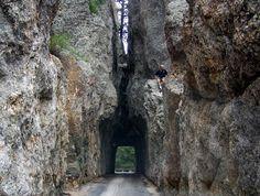 """Túnel 'Needles Eye"""" (Dakota, EEUU) La conocida como carretera de las agujas pasa a través de dos túneles estrechísimos y de granito puro."""