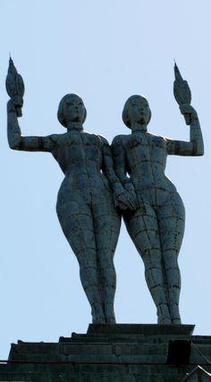 El Palacio Minetti y sus emblemáticas mujeres en lo alto.