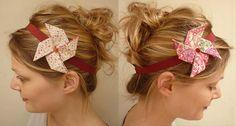 Un joli headband origami en forme de moulin à vent : réalisez vous-même votre accessoire pour cheveux en quelques minutes.