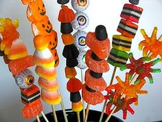 Halloween candy skewers - oh my gosh! Id love to hand these out on halloween :) Halloween Infantil, Bonbon Halloween, Postres Halloween, Dulces Halloween, Easy Halloween Snacks, Fröhliches Halloween, Halloween Goodies, Halloween Food For Party, Holidays Halloween