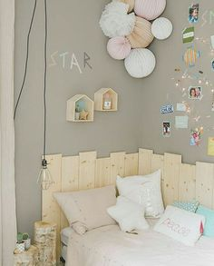 Hoy una apuesta un poco más arriesgada con esta habitación para una adolescente de la interiorista @estellewilliot . Me parece que tiene un toque que a una chica le puede gustar por los colores y la lámpara bombilla por ejemplo pero manteniendo algún punto infantil como los pompones en colores pastel. Creo que a mis hijas les gustaría ☺. Buenas noches!#interiorismo #decoracioninfantil #decoracion #habitacionesinfantiles #deco #habitacionjuvenil #kidsroom #kids #nursery #babyroom #babyrooms…