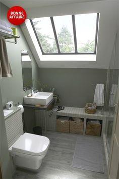 Une salle de bain sous les combles qui optimise l'espace !