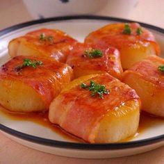 ベーコン巻き大根ステーキ 食べごたえ十分、中はジューシー外は香ばしくて、とってもおいしいです。 材料:6コ 大根…1/2本 酒…大さじ3 塩…小さじ1/2 ベーコン…6枚 パスタ…1本 オリーブオイル…小さじ1 しょう油…小さじ2 あれば、パセリ…少々 つくり方 1.大根は2cm幅の輪切りにし、厚めに皮をむき、鍋に大根とかぶるくらいの水、酒を加えて、茹でます。 2.竹串がスッと入るまで茹でたら、火を止め塩を加え鍋に入れたまま冷まします。ここまで前日にやっておくと後は焼くだけです。 3.大根にベーコンを巻き、巻き終わりに短く折ったパスタをさして止めます。(やらなくても大丈夫です) 4.フライパンにオリーブオイルを温め、大根の巻き終わりを下にして並べます。両面おいしそうな焼き色がついたら、しょう油をかけ返しながら香ばしい匂いがしたら、出来上がり!器に盛り、あればパセリをふります。
