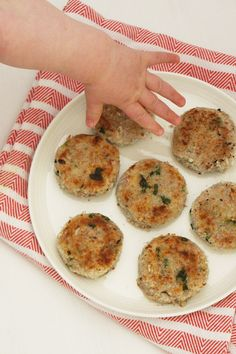 tuna and potato cakes blw Toddler Finger Foods, Toddler Meals, Kids Meals, Toddler Food, Toddler Recipes, Fish Recipes, Baby Food Recipes, Seafood Recipes, Healthy Recipes