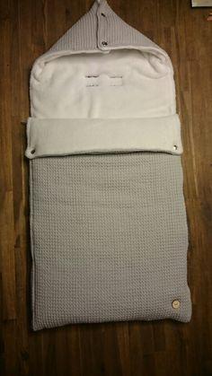 Voetenzak voor in de maxi-cosi. Gemaakt van licht grijze wafelstof en witte zachte joggingstof.