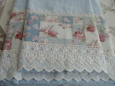 Imagem do Pin Shabby Chic Crafts, Shabby Chic Farmhouse, Guest Towels, Tea Towels, Shabby Chic Cushions, Decorative Hand Towels, Sewing Crafts, Sewing Projects, Table Runner And Placemats