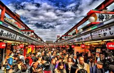 Asakusa Market : JAPAN  The Nakamise Shopping Street stretches over 250 meters from the entrance to the Sensoji Temple.