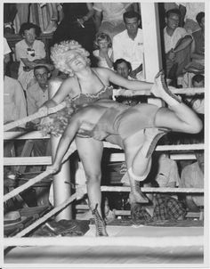 vintage everyday: Vintage Female Wrestling – 27 Amazing Photos Show Women Fighting in the Ring in the Past Weird Vintage, 50s Vintage, Vintage Ladies, Vintage Black, Old Pictures, Old Photos, Vintage Photographs, Vintage Photos, Women's Wrestling
