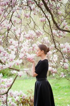 Women love flowers, and often meet beautiful sea of flowers, can not help but stop, the camera in their hands to retain this fragrant romantic moment. Spring Photography, Photography Women, Portrait Photography, Foto Fantasy, Rosa Pink, Foto Pose, Creative Portraits, Aesthetic Photo, Flower Photos