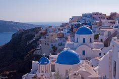 エーゲ海の「サントリーニ島」とは? こちらが、モデルのサントリーニ島の町並み。