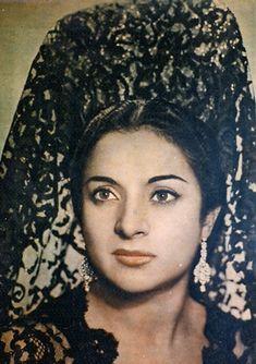 Lola Flores, Spanish singer, dancer, and actress. Spanish Gypsy, Spanish Style, Spanish Veil, Mediterranean People, Sarra Art, Costumes Around The World, Divas, Flamenco Dancers, Spanish Fashion