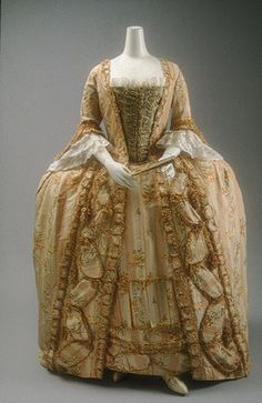 jurk met panier, robe à la française, 1775–1800 French, silk - In de tweede helft van de achttiende eeuw dicteerden het Franse en Engelse hof de mode. Andere Europese hoven en de adel volgden. Kostbare beschilderde zijden stoffen waren populair, zowel de uit China geïmporteerde als de in West-Europa gefabriceerde. Deze japon, ´robe à la française´ genoemd, heeft de kenmerkende rug die in platte plooien is gelegd en die vanaf de schouders uitwaaieren tot op de grond.