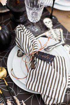 Halloween Table Settings, Halloween Table Decorations, Halloween Home Decor, Decoration Table, Halloween House, Spooky Halloween, Halloween Treats, Vintage Halloween, Happy Halloween