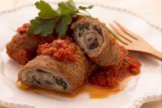 Gli involtini alla pizzaiola sono degli sfiziosi involtini di carne bovina, farciti con mozzarella e olive e cotti in un gustoso sugo al pomodoro.