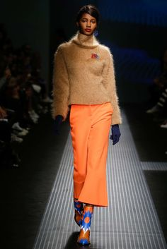 MSGM 2018 SS Ready to Wear. Massimo Giorgetti manifests his affinity for larger-than-life muses in MSGM's SS collection. Fashion Shows 2015, Runway Fashion, Womens Fashion, Msgm, Fall 2015, Ready To Wear, Autumn Fashion, Vogue, How To Wear