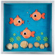 Puuvitriiniin valmistettu helppohoitoinen akvaario. Kalat on tehty helmi- ja silkkimassasta puunapin päälle.