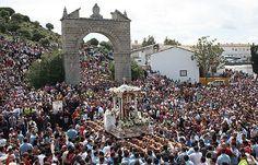Romería de la Virgen de la Cabeza de Andújar, todos los últimos domingos de Abril se celebra en el Santuario de la Virgen de la Cabeza la romería en su honor, esta romería es la más antigua de España y aglutina cada año a más de 700.000 personas en el cerro del Cabezo en plena Sierra Morena. En la imagen se ve las andas de la Virgen entre la muchedumbre con el arco al fondo.