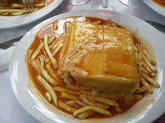 Francesinha is a classic Portuguese cuisine. It basically is a sandwich originated from Porto and made with bread, wet-cured ham, linguiça,. Y Food, I Love Food, Food Porn, Food And Drink, Tapas, Easy Sandwich Recipes, Cooking With Beer, Portuguese Recipes, Portuguese Food
