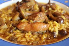 Arroz meloso de pollo y conejo con setas y ajos tiernos.    Este año parece, por lo menos en la Comunidad Valenciana, que no quieran llegar ni el frío ni las lluvias. Es como si el tiempo int...