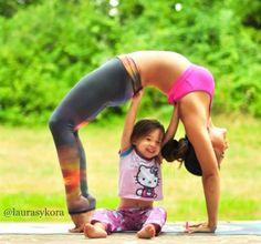 Quand une maman initie sa petite fille au yoga… (image)